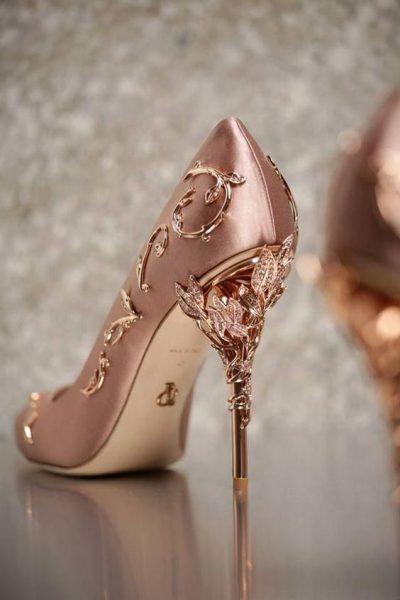 buty z ozdobnym obcasem