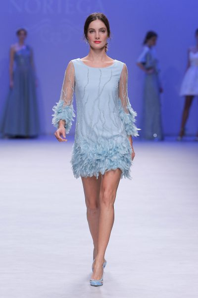 kobieta w błękiten sukni