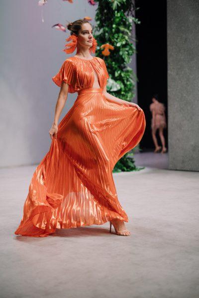 kobieta w pomarańczowej sukni na wybiegu